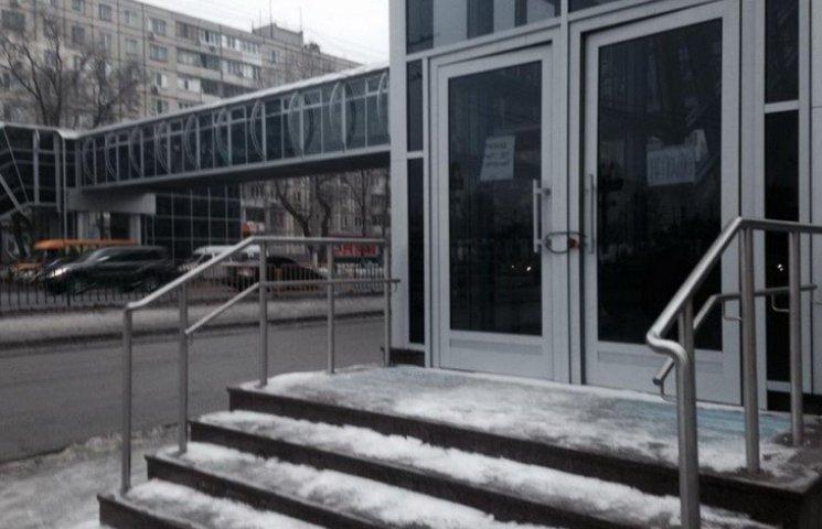 """Новый надземный переход в Днепропетровске закрыли: ждут """"хозяина"""""""
