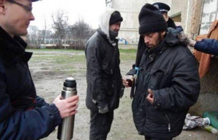 """Ужгородські поліцейські """"розморожують"""" безхатьків зігріваючими напоями"""