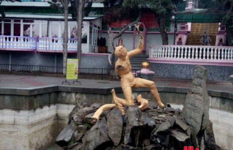 В Алушті розчленували фонтан для закоханих (ФОТО)