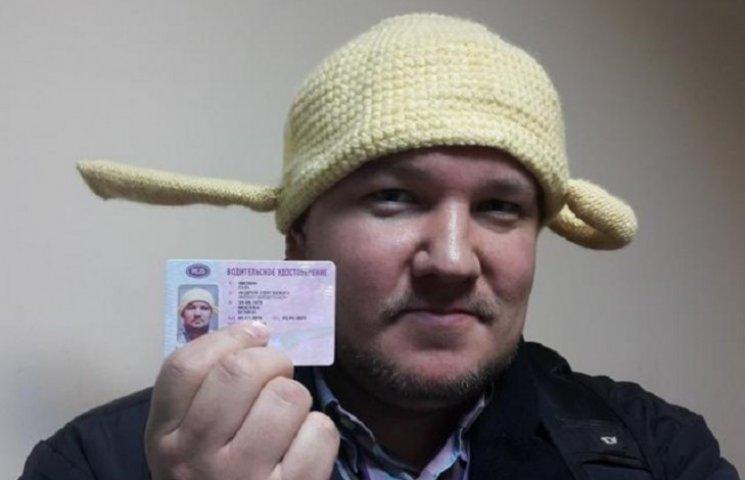 Росіянин сфотографувався на водійські права з друшляком на голові