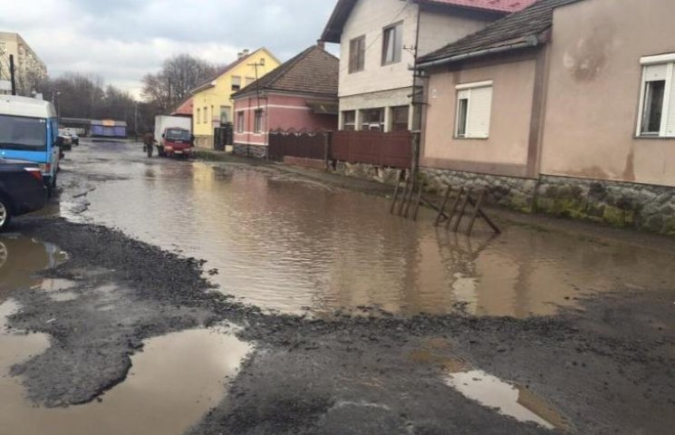 """У Мукачеві між будинками утворюються цілі """"озера"""""""