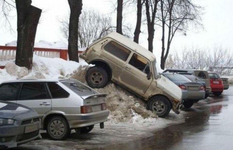"""Як столичні паркувальники- """"сніговики"""" вибивають гроші з водіїв"""