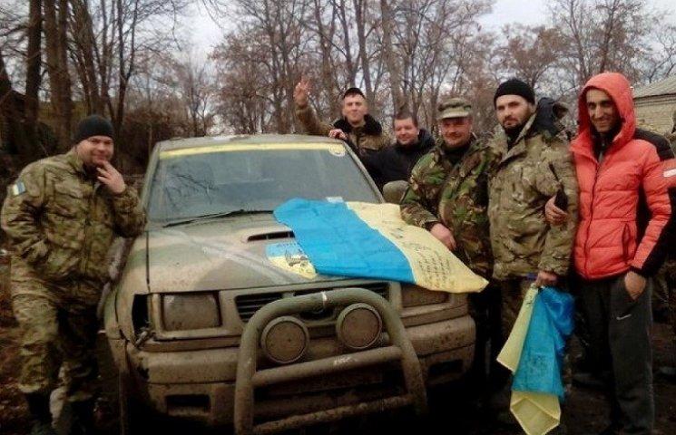 """Вінничани обміняли гуманітарну допомогу на прапори з автографами бійців """"Донбасу"""""""