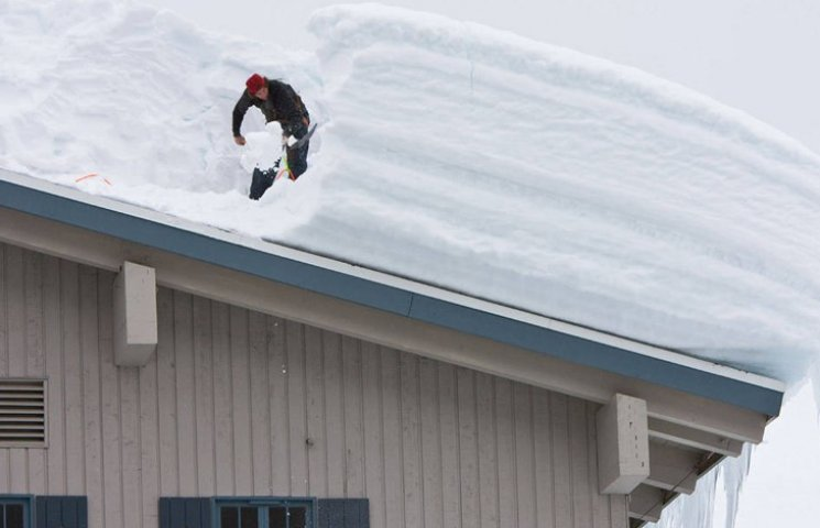 Сумчанин потрапив до лікарні, почистивши сніг на даху
