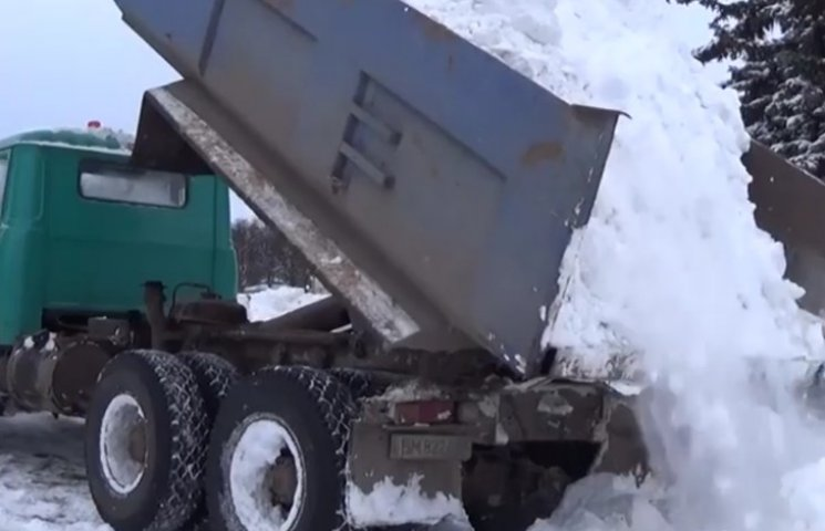 Замість поваленого Леніна на Сумщині ліплять снігову гірку