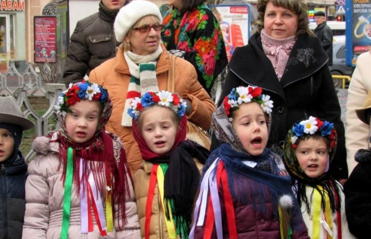 На Закарпатті свята продовжуються - колядують наймолодші