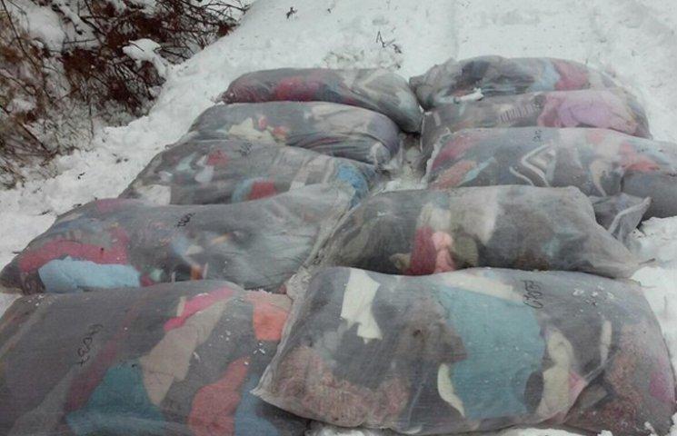 Сумські прикордонники викопали зі снігу десять лантухів з одягом