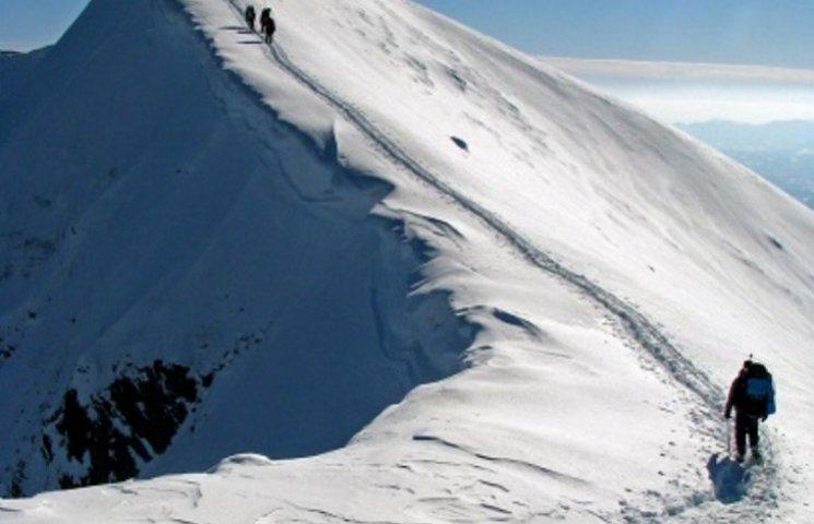 На Закарпатті у горах заблукали туристи, пошуки одного тривають
