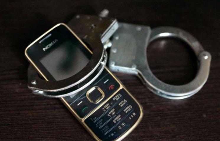 """Молода дівчина може сісти на три роки за крадіжку телефону """"вартістю"""" 20 гривень"""