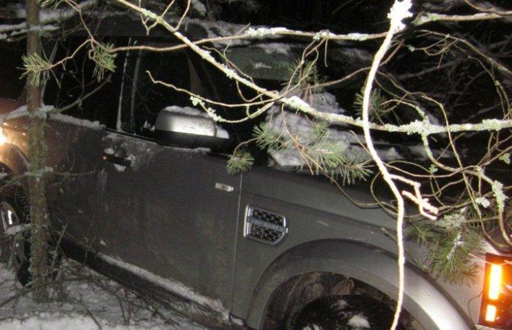 На кордоні з Росією затримали неповнолітнього на позашляховику