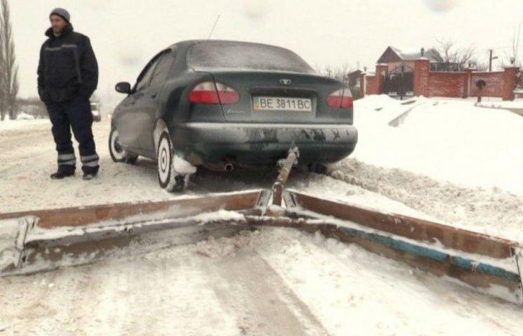 Миколаївці перетворили свої машини на снігоприбиральники (ФОТО)