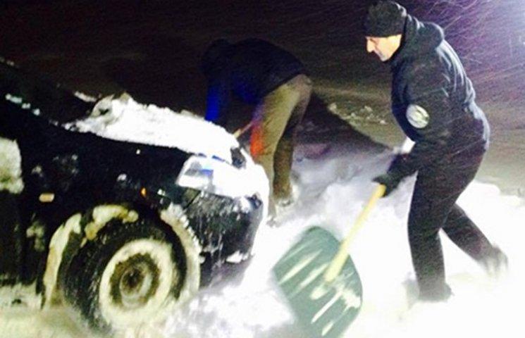 Як головний поліцейський Одещини допомагав водіям вибратись зі снігової пастки