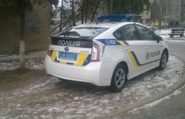Ужгородським поліцейським закони не писані - паркуються, де хочуть