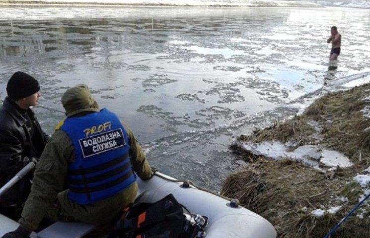Закарпатці пірнали у річку під наглядом рятувальників