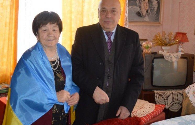 Москаль подарував ужгородській пенсіонерці прапор України