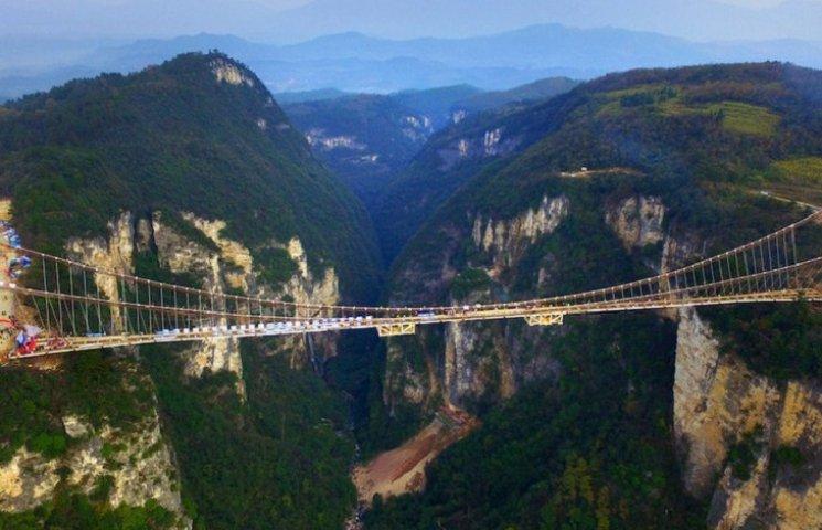 Як виглядає найбільший у світі міст із скла у Китаї