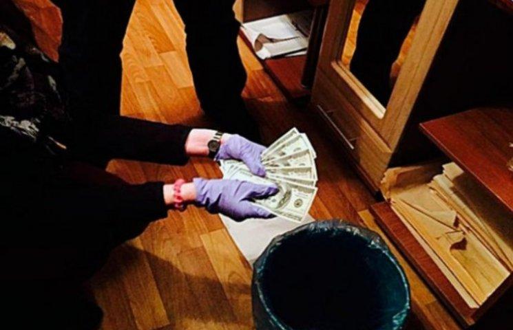 Закарпатський лікар вимагав $700, щоб засвідчити тілесні ушкодження