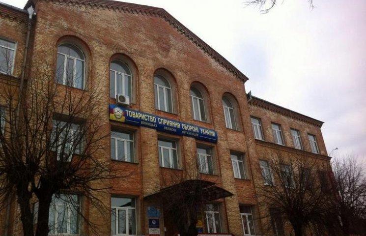 """Еще одно здание в центре Винницы """"сбросило с себя"""" серп и молот"""
