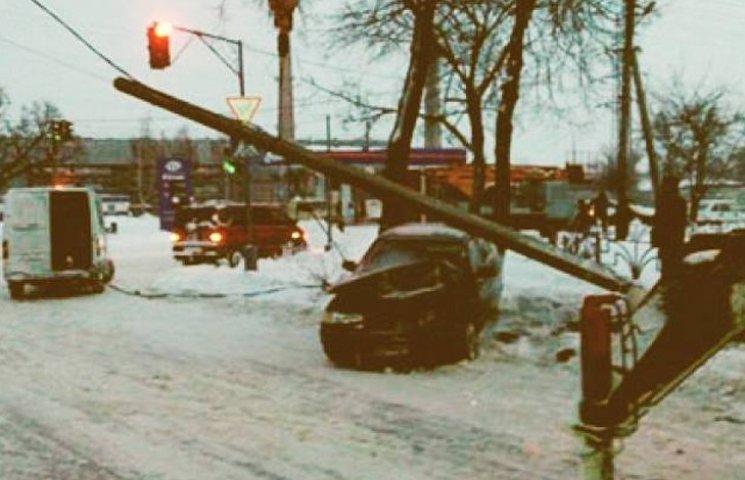 На Сумщині автівка врізалася у автобус та зруйнувала стовп електромережі
