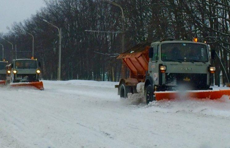В Сумах розчисткою снігу на прибудинкових територіях та зупинках займається 245 фахівців