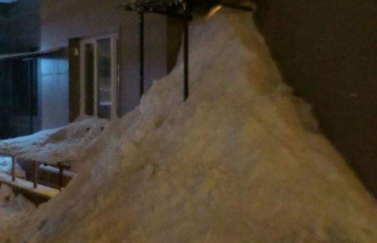 Мешканці Підмосков'я засипали снігом ЖЕК (ФОТО)