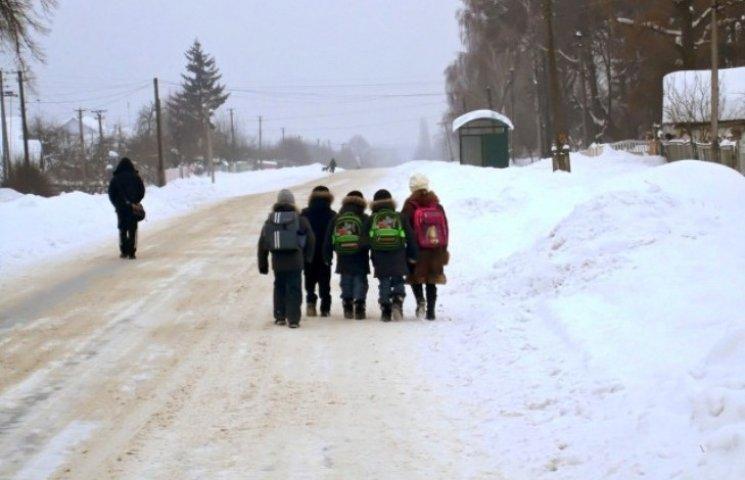 У гірських районах Закарпаття діти долають пішки по 10 км до школи