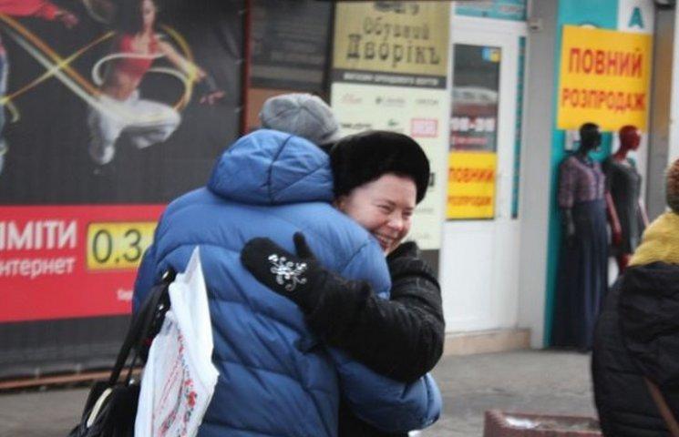 Як вінничани в центрі міста обіймались