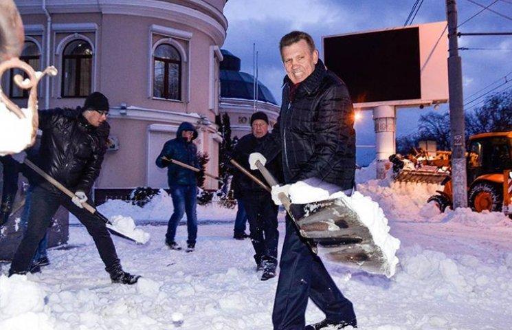 Ківалов вирішив також попіаритись на лопатах
