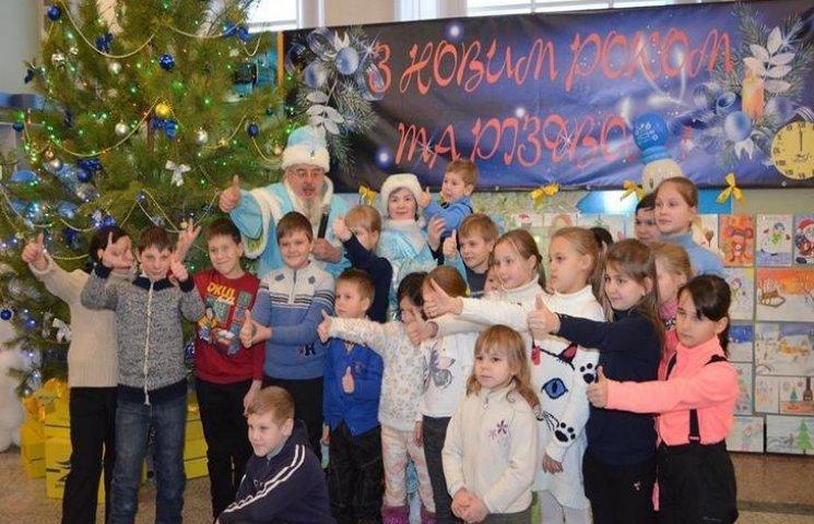 """Навздогін святам: Як діти з Донбасу просять у Діда Мороза """"дати їм Україну"""""""