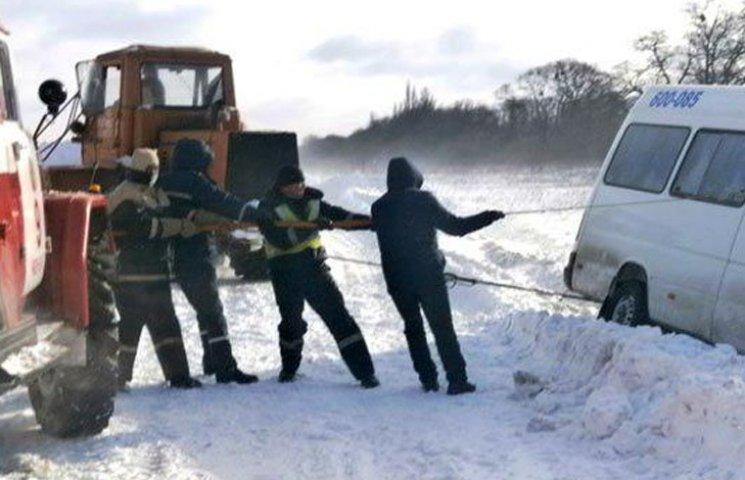 """Надзвичайники витягли """"маршрутку"""", яка заглухла у снігу"""