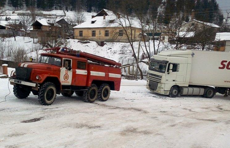 На Закарпатті рятувальники відбуксировують на перевал вантажівки