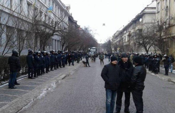 """Десятки поліцейських перекрили центр Ужгорода через суд над бійцями """"ПС"""""""