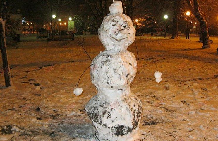 Мешканці Бердянська ліпили зі снігу та бруду різні скульптури