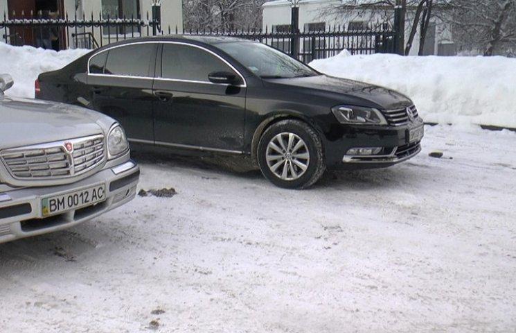 Сумські чиновники поділяться службовими авто з пенсіонерами
