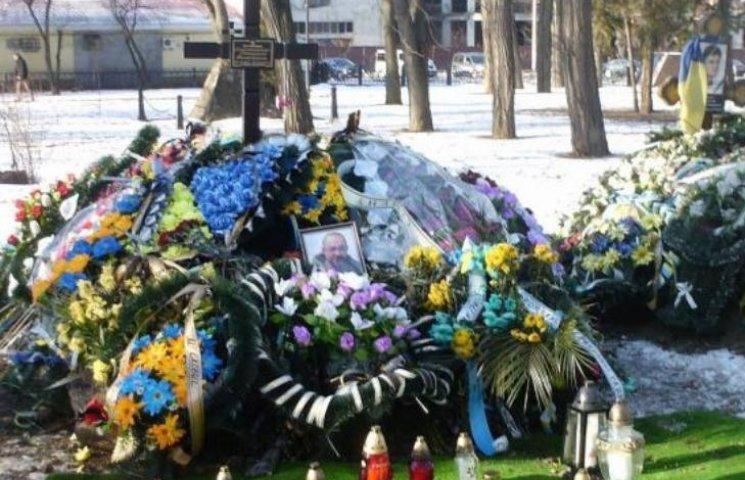 """У Франківську вкрали живі квіти з могили загиблого бійця """"Семена"""""""