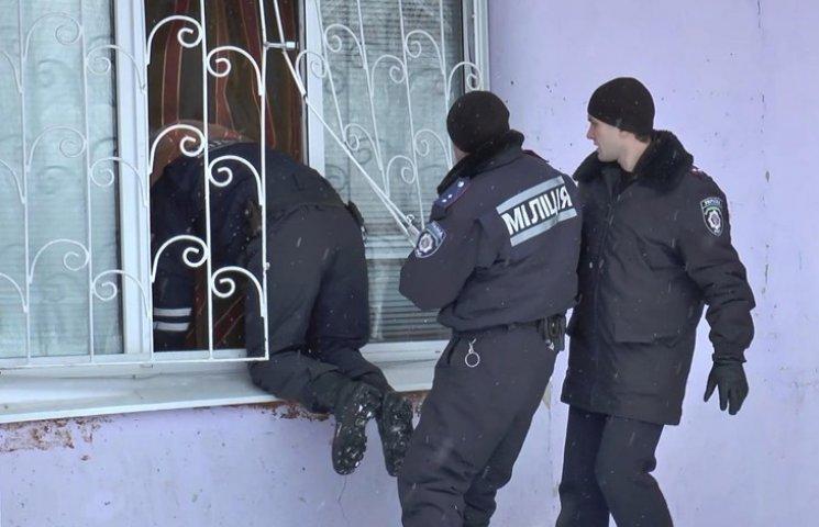 У Сумах затримали злодія, який заліз до квартири крізь заґратоване вікно