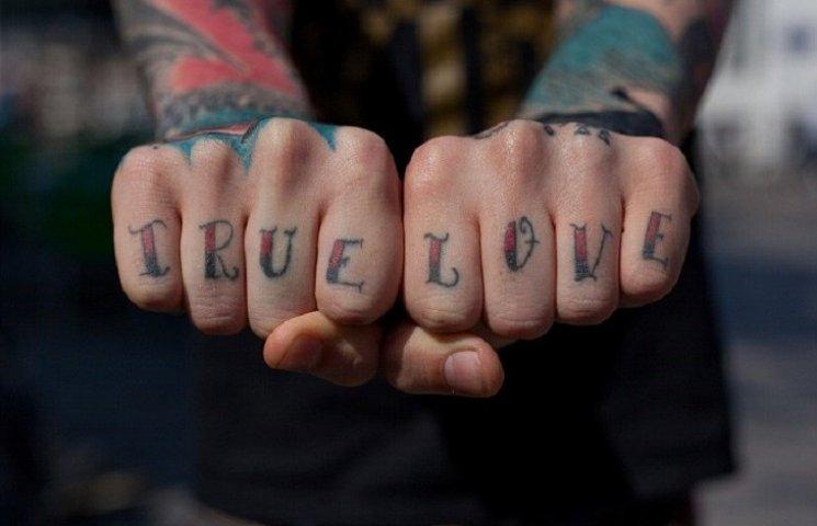 Как эволюционировали татуировки на пальцах: от сэндвича до настоящей любви