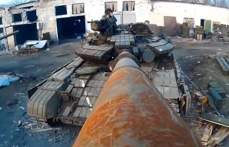 """Відео дня: Дуло танка замість селфі-палки та танці для тепла в """"Донбасі"""""""
