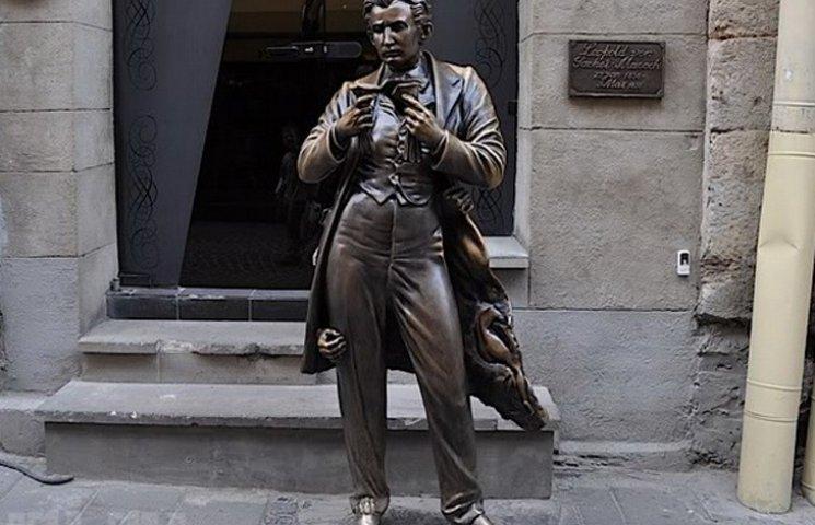 Що до блиску натирають статуям збочені туристи