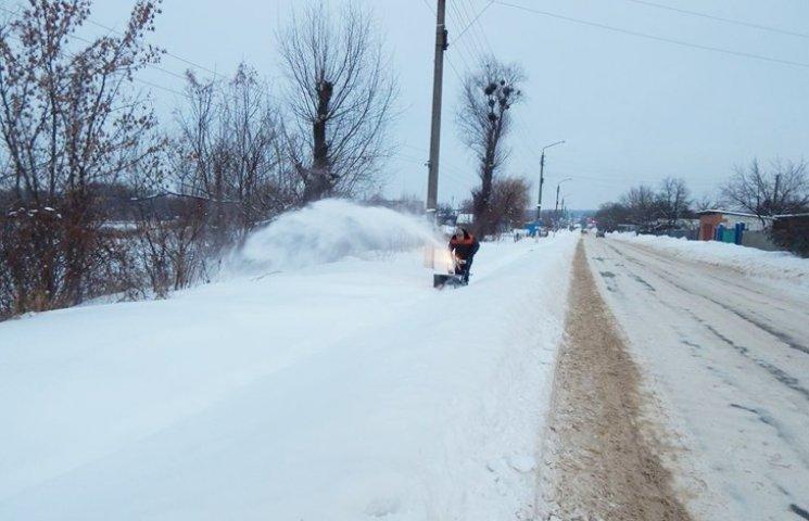 У Тростянці на розчищення тротуарів від снігу залучають безробітних