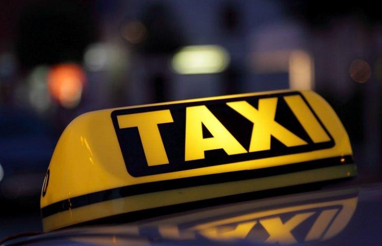У Сумах п'яний пасажир несподівано накинувся на таксиста