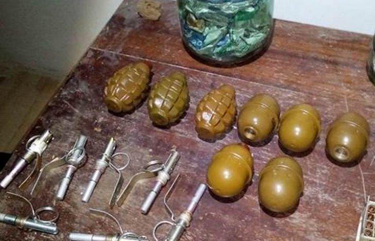 На Вінниччині сбушники викрили схованку з наркотиками та боєприпасами
