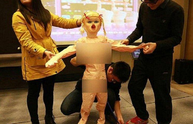 В Китае сотрудникам компании выдали секс-куклы