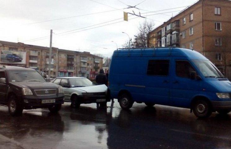 В центрі Вінниці легковик врізався в мікроавтобус