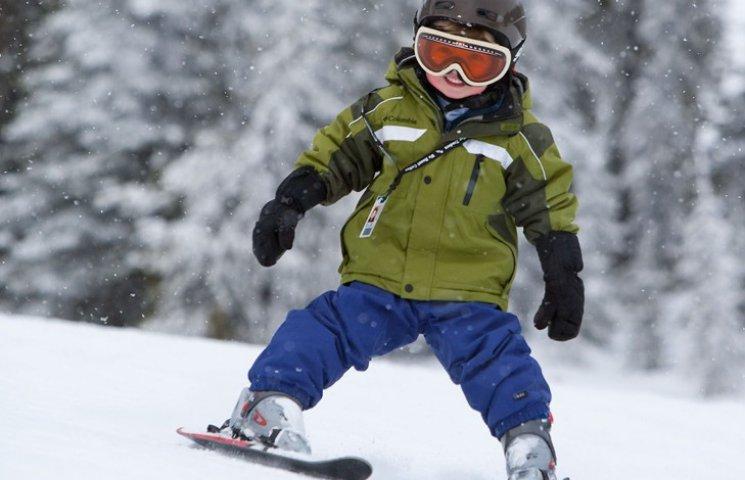 Хлопець з багатодітної родини вкрав у сусіда лижі та подарував молодшим братам