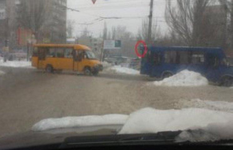 """У Миколаєві на смертельному перехресті водії продовжують ганяти на """"червоний"""""""