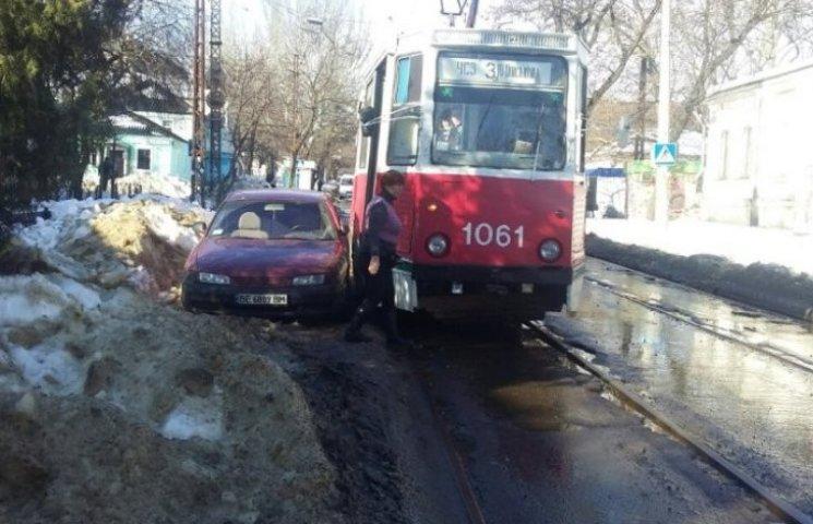 """У Миколаєві """"автобидло"""" продовжує паркуватись на трамвайних коліях"""
