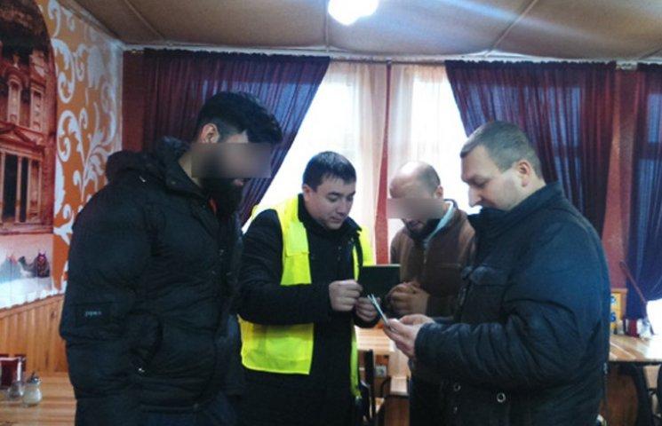 Сумська поліція затримала іноземців з підробленими штампами у паспортах