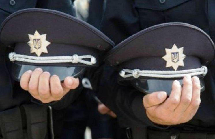 Закарпатського поліцейського покарали за куріння в недозволеному місці