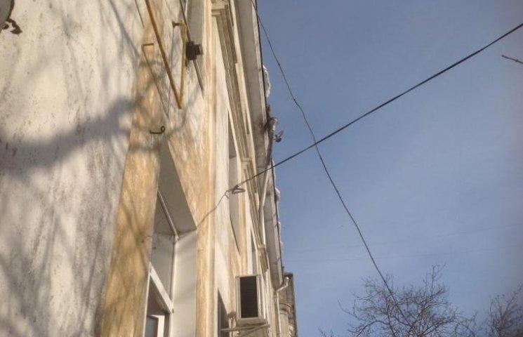 """У Миколаєві ЖЕК """"відфутболив"""" мешканців будинку, де обвалилась частина даху"""